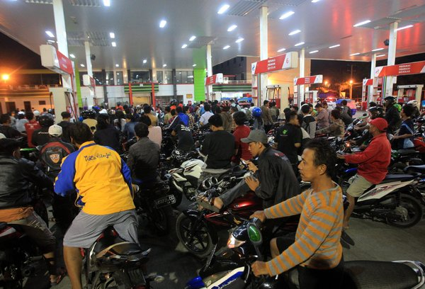 Indonesians waiting to fill their scooters with subsidized fuel last November. The country has quit subsidizing gasoline (Image: Dedi Sahputra/European Pressphoto Agency)