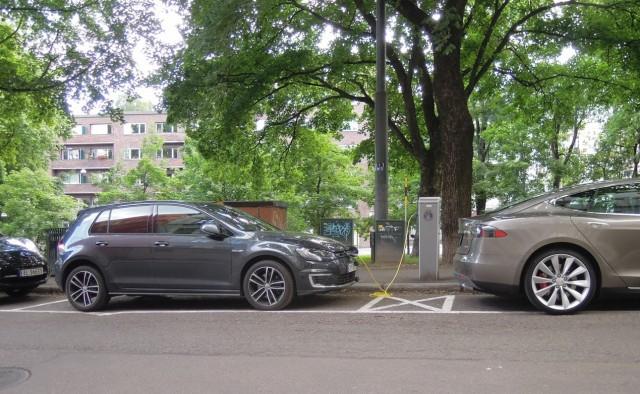 Oslo Street Scene: Nissan Leaf, VW e-Golf and Tesla Model S