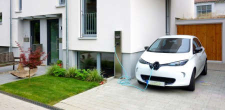 An electric vehicle [Renault ZOE] is charged with photovoltaic power from the roof of the house using a charging station (Image: Fraunhofer ISE)