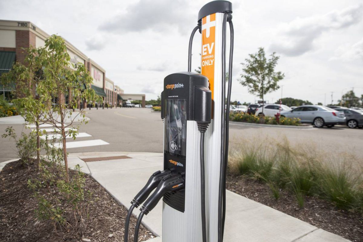 Hy-Vee, a Midwestern grocery chain, installs charging stations at all its new locations. The number of commercial charging stations is growing quickly. (Image: A+G/WSJ)