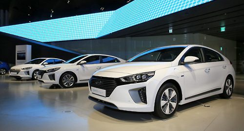 The complete line-up of the Hyundai Ioniq. They are (from left), the Ioniq Hybrid, the Ioniq EV and the Ioniq PHEV (Image: Hyundai)